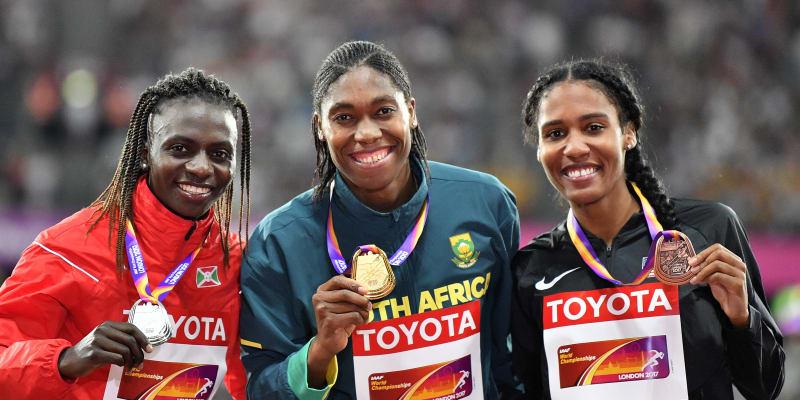 Zlatá Caster Semenyová (uprostřed) po závodě na 800 metrů na mistrovství světa v Londýně 2017.