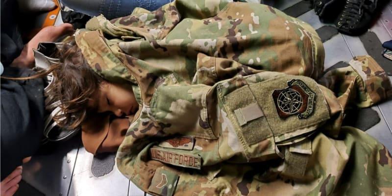 Děti hledají bezpečí u amerických a britských vojáků.
