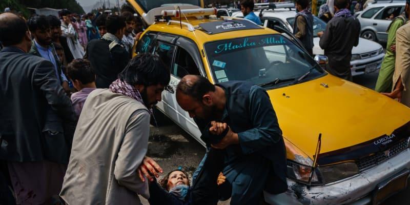 Tálibánci v Kábulu bijí ženy a střílí do davů demonstrantů.