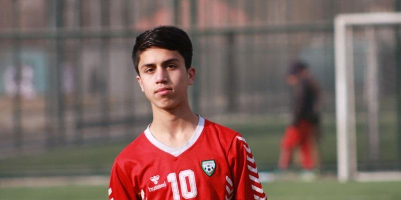 Afghánský fotbalista Zaki Anwari zemřel po pádu z amerického letadla.
