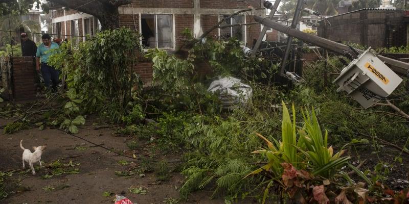 Řádění hurikánu Grace: materiální škody na budovách, popadané stromy a zaplavená auta.