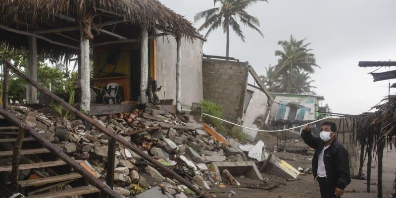 Nad pevninou jeden z nejsilnějších hurikánů, který v posledních letech Mexiko zasáhl, zeslábl na tropickou bouři.