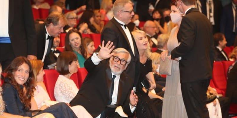 Jiří Bartoška a Lubomír Zaorálek bez respirátorů na zahájení Filmového festivalu Karlovy Vary