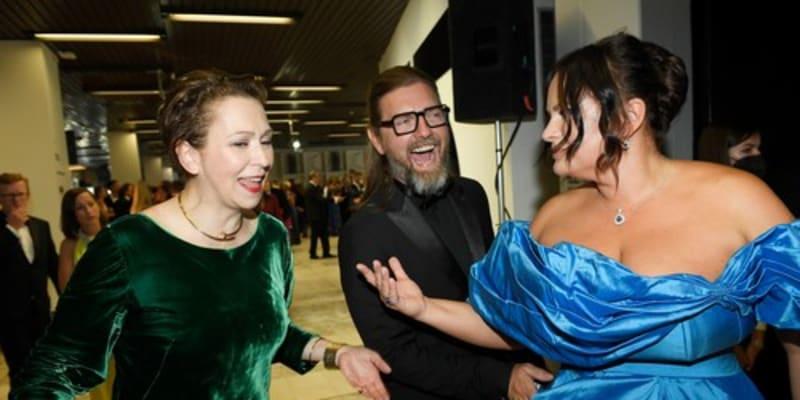 Zuzana Stivínová, Petr Čadek a Jitka Čvančarová bez respirátorů na zahájení Filmového festivalu Karlovy Vary