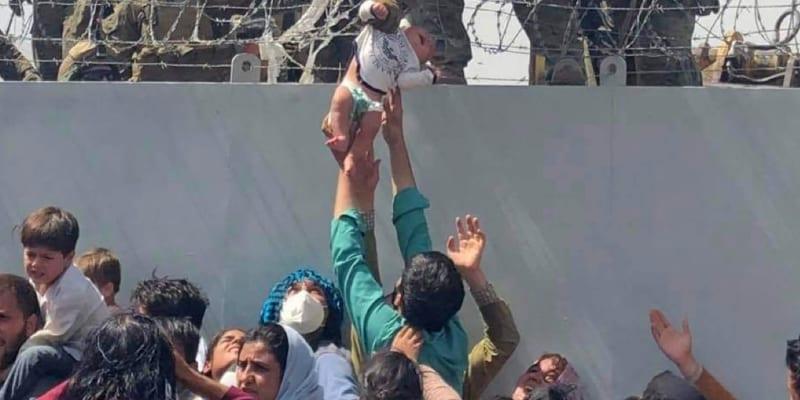 Někteří Afghánci raději předávají svoje děti americkým vojákům.
