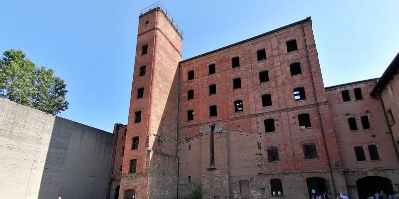 Koncentrační a vyhlazovací tábor Risiera di San Sabba v italském Terstu. Na dvoře stálo krematorium, jeho obrysy jsou patrné na zdi továrny.