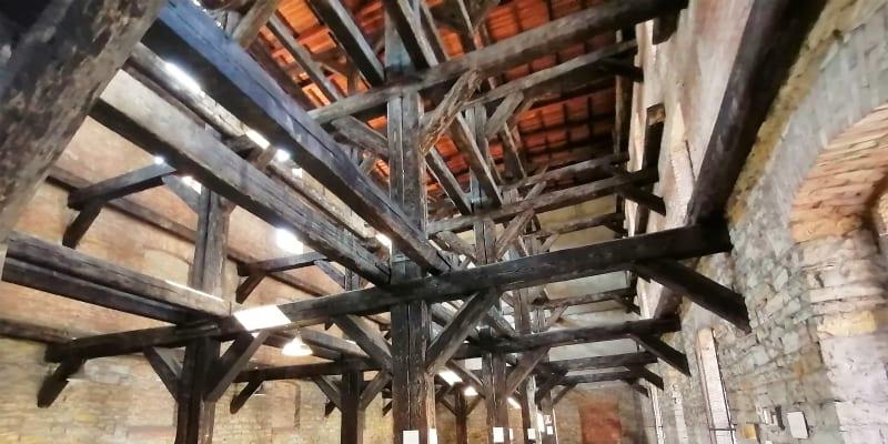 Koncentrační a vyhlazovací tábor Risiera di San Sabba v Terstu. V bývalé továrně na zpracování rýže byly namačkány tisíce vězňů.