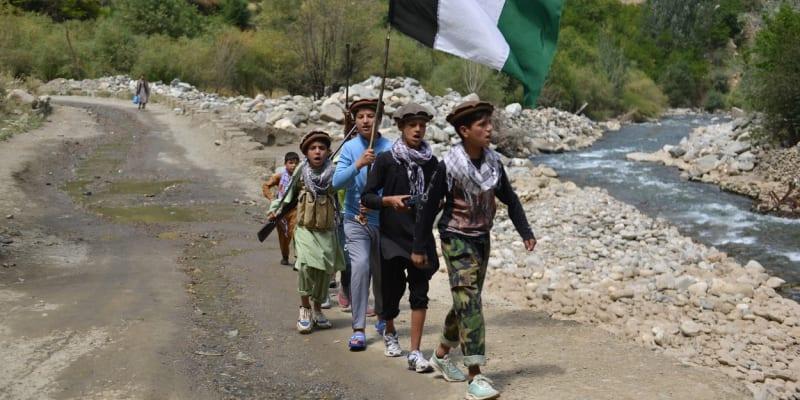 Také děti se přidávají ke hnutí odporu proti Tálibánu.