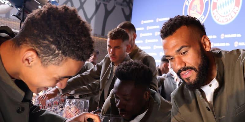 Hráči Bayernu Mnichov na akci pro jednoho z hlavních partnerů