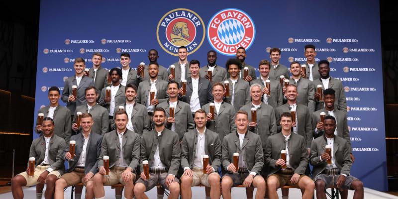 Hráči Bayernu Mnichov zapózovali v tradičním bavorském oblečení.