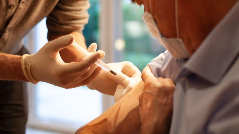 Očkovat proti covidu a chřipce současně? Univerzální vakcína se testuje, říká Prymula