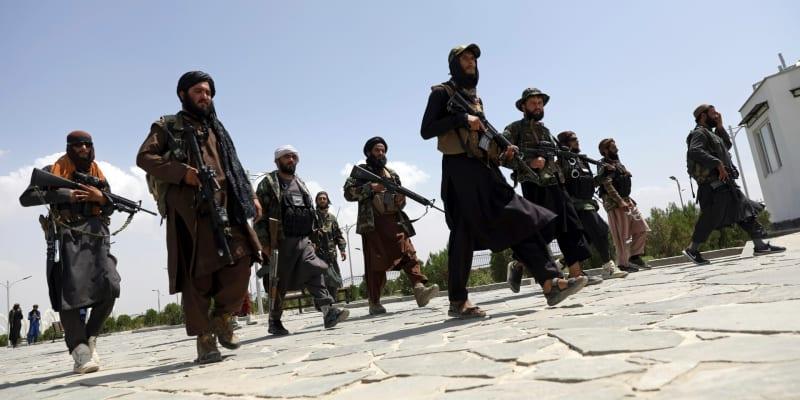 Bojovníci Tálibánu hlídkují v hlavním městě Afghánistánu Kábul.