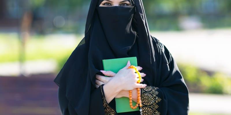 Nikáb je závoj, který zakrývá celé tělo i obličej ženy vyjma očí.