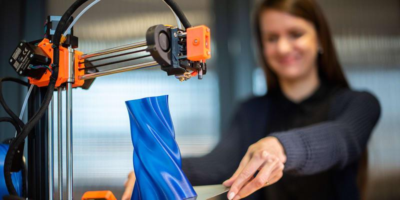 Nit termoplastu z kotouče se v tiskárně zahřeje, přetaví a tiskem upraví například do podoby držáku na hadici.