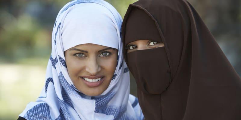 Žena s al-amirou (nalevo) a žena s nikábem (vpravo).