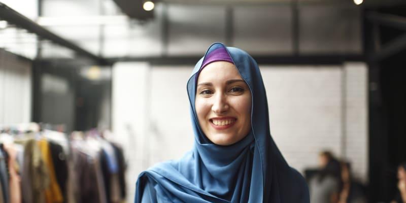 Hidžáb je označení pro šátek zakrývající vlasy, uši a krk. Obličej zůstává odhalený.