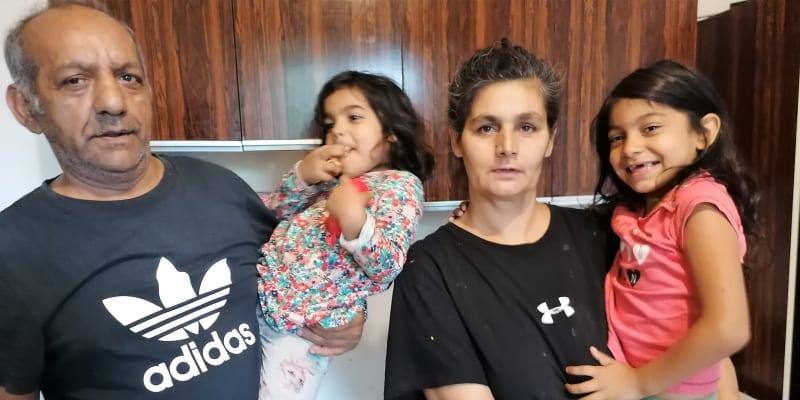 Milan Kroščen a jeho žena Simona mají dvanáct dětí, toto jsou nejmladší čtyřletá Sára a sedmiletá Nikolka.