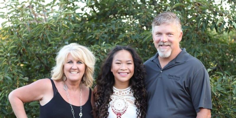 Haven Shepherdová se svými adoptivními rodiči.