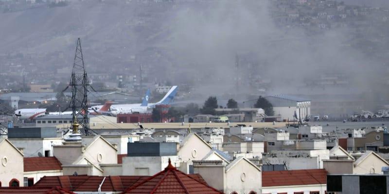 Dvojice sebevražedných atentátníků zabila u kábulského letiště desítky lidí, stovky zranila.