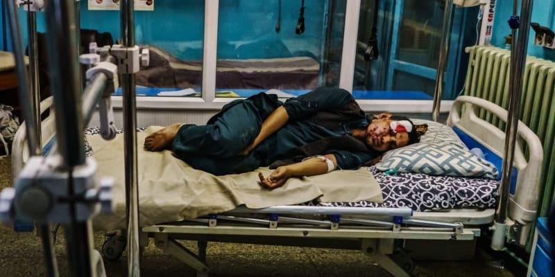 Po dvojici sebevražedných útoků zemřely v Kábulu desítky lidí, stovky byly zraněny.
