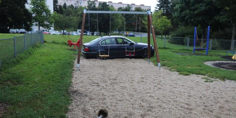 Řidič v Tachově zaparkoval auto na dětském hřišti.