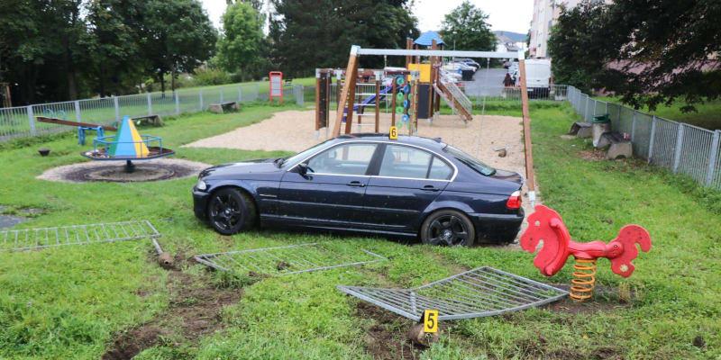 """Řidič v Tachově """"zaparkoval"""" auto na dětském hřišti."""