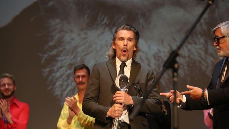 Hlavní cenu ve Varech získal film o migrantech. Oceněni byli i Ethan Hawke a Jan Svěrák