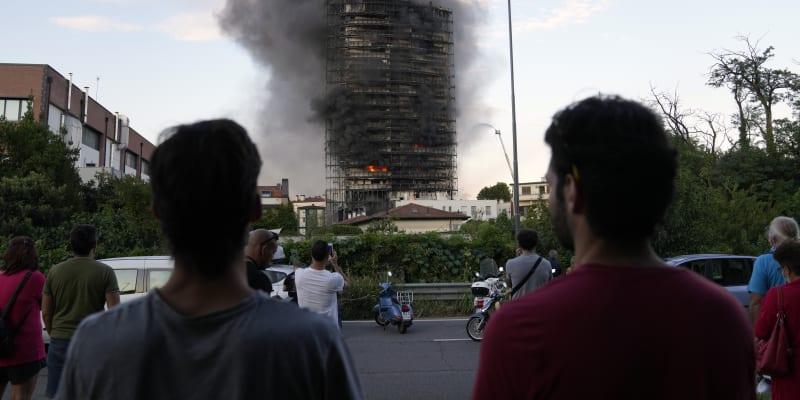 V Miláně začala hořet dvacetipodlažní obytná budova.