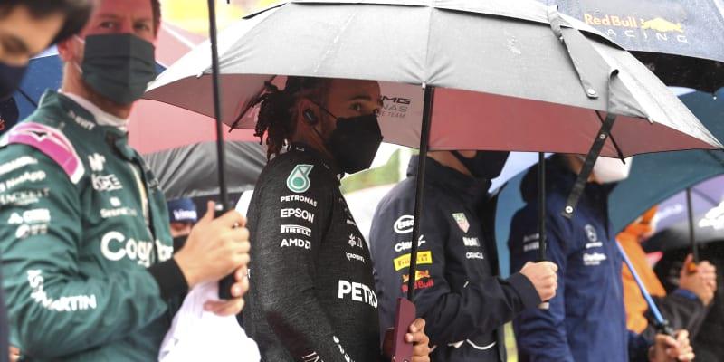 I piloti si v neděli užili s deštníky více než dost.