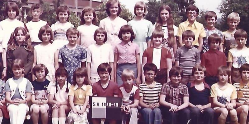 Pátá třída základní školy ve Frýdku-Místku, do které chodila letos 53letá Elli. Tělesné tresty tito školáci běžně zažívali doma i ve škole.