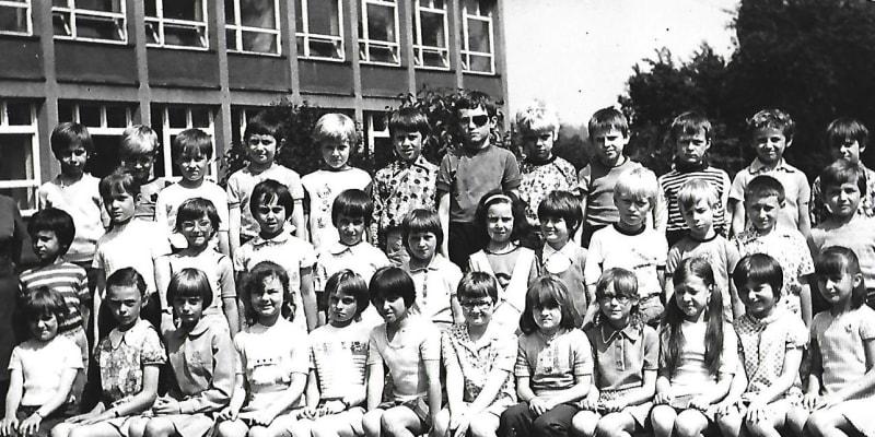 Děti základní školy ve Frýdku-Místku, do které chodila i letos 53letá Elli. Tělesné tresty tito školáci zažívali doma i ve škole.