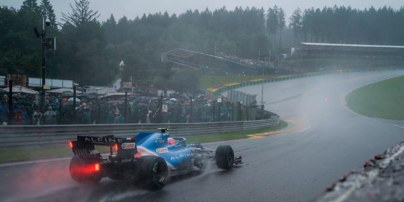 Asfalt na belgickém okruhu Spa neměl během neděle jakoukoliv šanci uschnout. Silný déšť zařídil jeden z nejbizarnějších závodů v historii formule 1.
