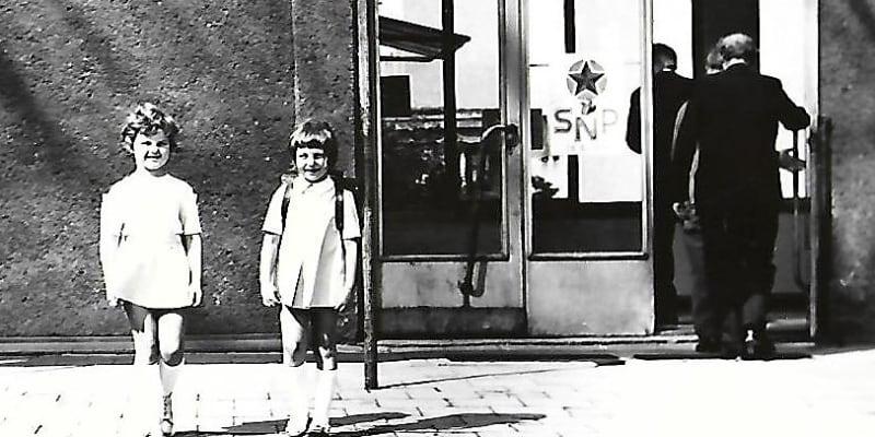 Třída základní školy ve Frýdku-Místku, do které chodila letos 53letá Elli. Tělesné tresty tito školáci zažívali doma i ve škole.