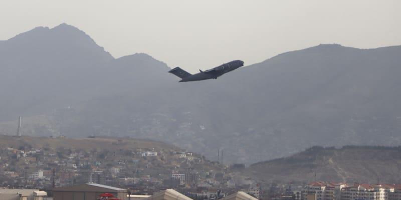 Poslední americké letadlo odlétající z Kábulu.