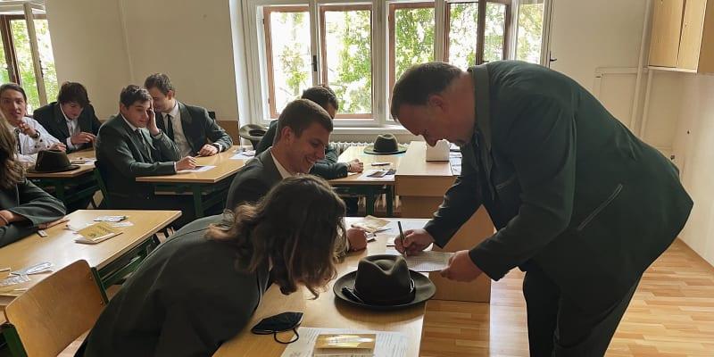 Učitel kontroluje výsledky testů.