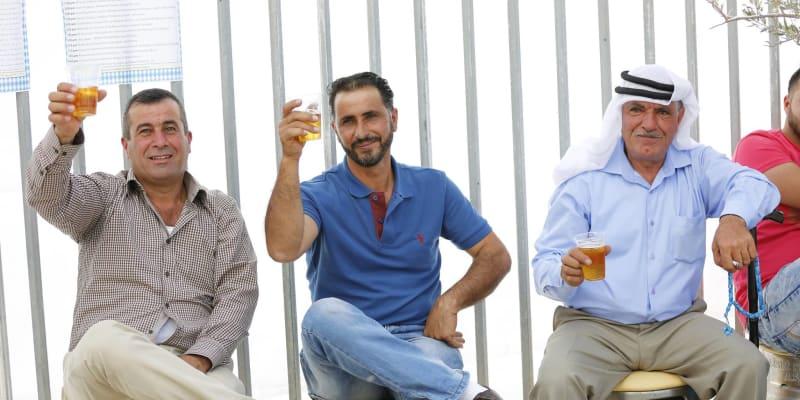 Palestinci se baví s pivem z českého chmele při Taybeh Oktoberfestu. (autor: archiv Petr Starý)
