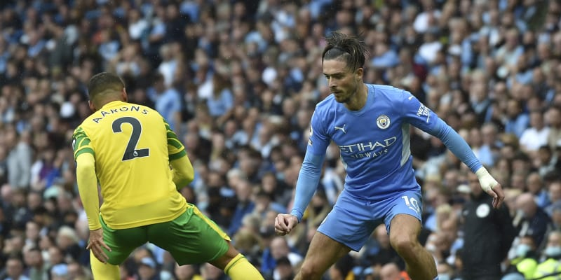 Jack Grealish (vpravo) v souboji s Maxem Aaronsem z Norwich City se stal nejdražším hráčem letního přestupového období roku 2021. Jeho nový klub Manchester City za něj zaplatil Aston Ville v přepočtu skoro tři miliardy korun.