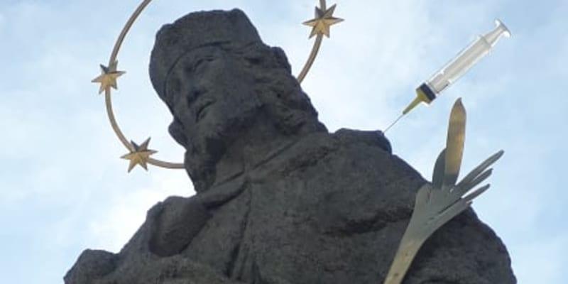 Svatý Jan Nepomucký se dočkal první dávky vakcíny. (Foto: Neznámý vojín)