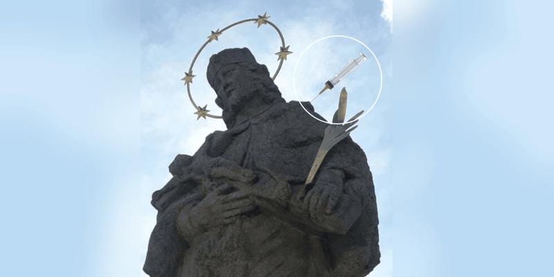 Naočkovaný svatý Jan Nepomucký v Jeseníku. (Foto: Neznámý vojín)