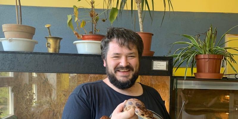 Michal Havránek má na ruce hroznýšovce duhového.