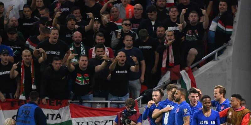 Angličtí fotbalisté slavící gól v utkání proti Maďarsku