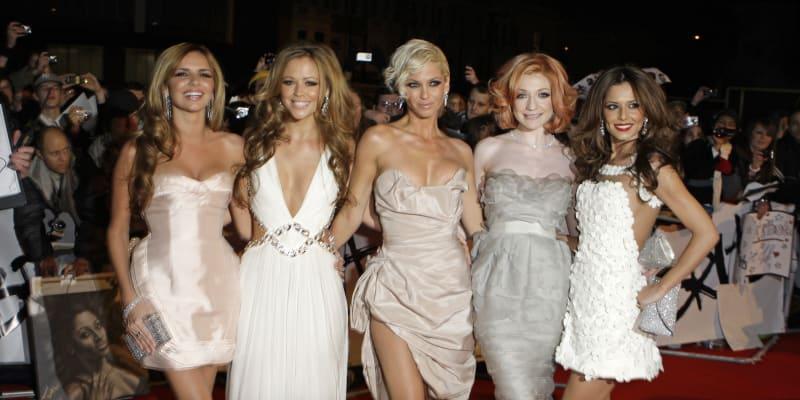 Hardingová (uprostřed) byla jednou z pěti zpěvaček skupiny Girls Aloud.