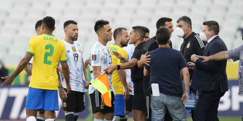 Rozhodčí uklidňuje argentinské fotbalisty kvůli přerušení kvalifikačního zápasu v brazilském São Paulu.