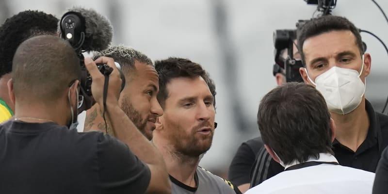Brazilec Neymar (vlevo) a Argentinec Lionel Messi poslouchají prohlášení k ukončení vzájemného kvalifikačního utkání v São Paulu.