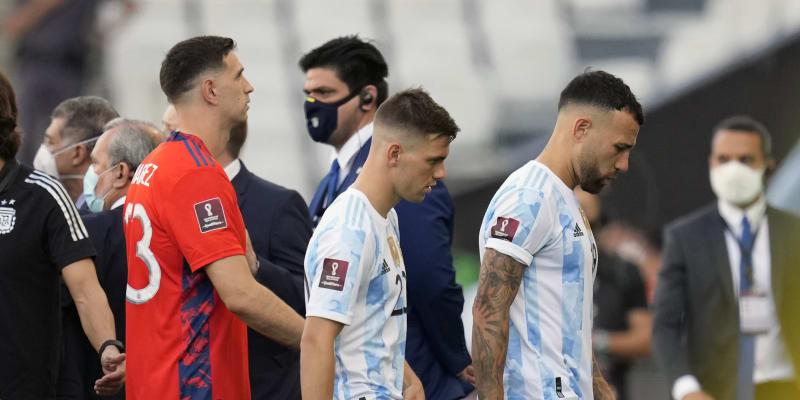 Argentinští fotbalisté Emiliano Martinez a Giovani Lo Celso, kteří údajně porušili protikaranténní pravidla v Brazilii, opouštějí hřiští v São Paulo se spoluhráčem Nicolasem Otamendim (zleva) po přerušení kvalifikačního duelu.