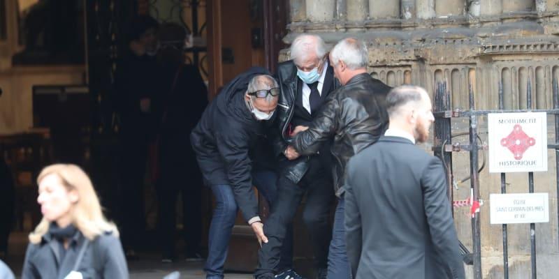 Poslední snímky zesnulého BelmondaJeden z posledních snímků herce Jean-Paula Belmonda. Paparazzi ho zachytili na červnovém pohřbu jeho dlouholetého kamaráda Guye Bedose.