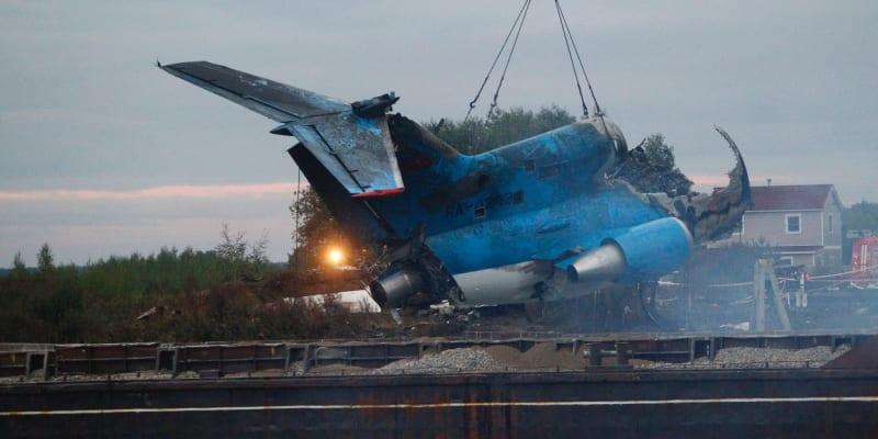 Vytahování trosek letadla Jak-42