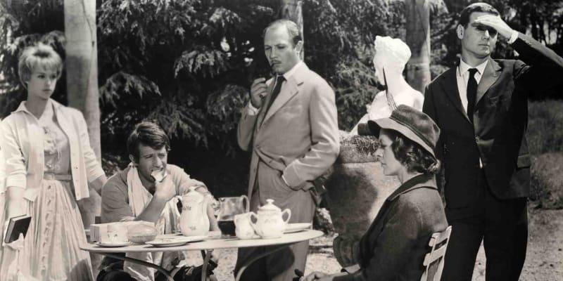 Jedna z Belmondových raných filmových rolí. Film režiséra Claudea Chabrola Na dva západy z roku 1959.