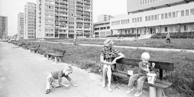 Dětství na Jižním Městě. Opatov, vpravo obvodní kulturní středisko s knihovnou. Snímek z roku 1984