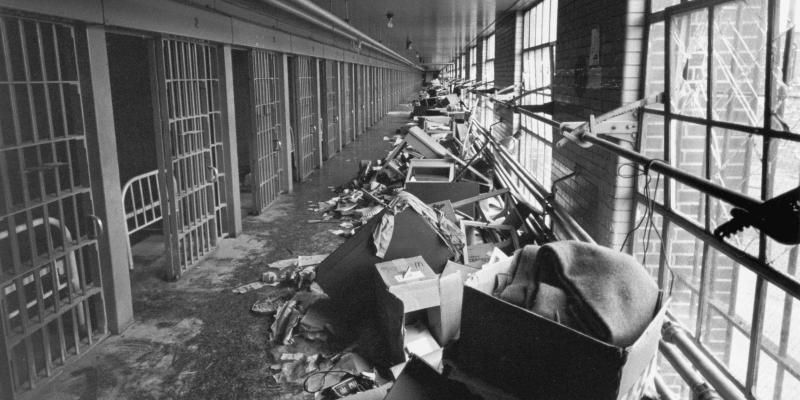 Vzpouře předcházely značné protesty vězňů proti stavu věznice a chování personálu.